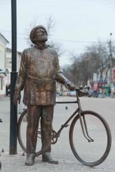 """Скульптура """"Грезы о небе"""" (""""Циолковский с велосипедом"""")"""