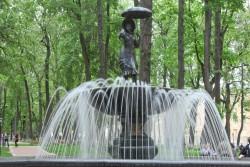 Девушка с зонтиком в парке