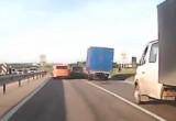 Видео: в Калуге неадекватный лихач, протиснувшись между автомобилями, чудом не сбил пешеходов
