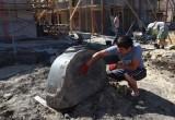 Во дворе Гостиных рядов в Калуге строители нашли старинное надгробье