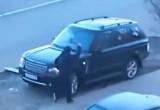 Мужчина топором изрубил машину соседа