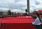 В центре Калуги растянули 200-метровое Знамя Победы