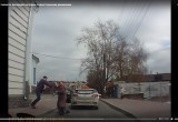 Автохам избил таксиста в центре Калуги! Видео