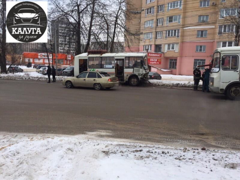 ВКалуге легковушка столкнулась сПАЗом, авДзержинском районе— сКамАЗом