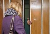 Женщине изуродовали лицо кислотой в подъезде дома