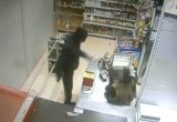 Вооруженный грабитель напал на девушку-продавца. Видео