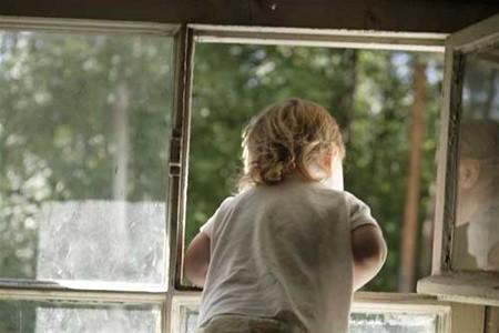 Трехлетний ребенок упал изокна 3 этажа вКалужской области