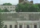 Дети гуляют по крыше на улице Кирова. Видео
