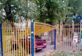 В центре Калуги автомобиль протаранил ограждение детской площадки