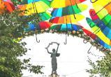 Аллею на улице Кирова украшают парящими разноцветными зонтами