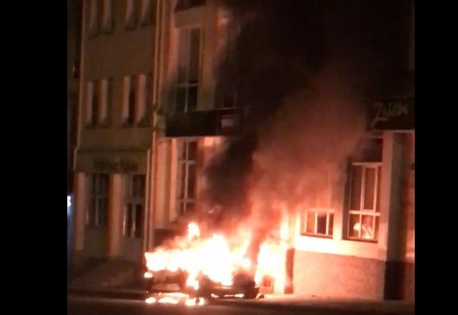 В Калуге на Достоевского дотла сгорел автомобиль. Видео
