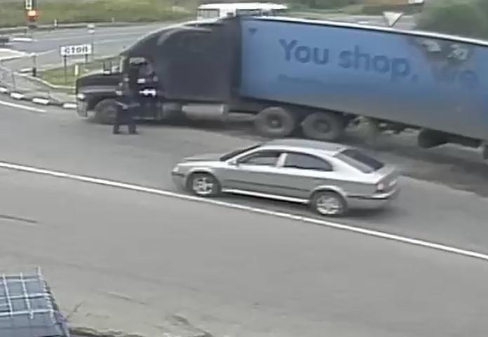 Пьяный дальнобойщик напал на инспекторов ДПС. Видео