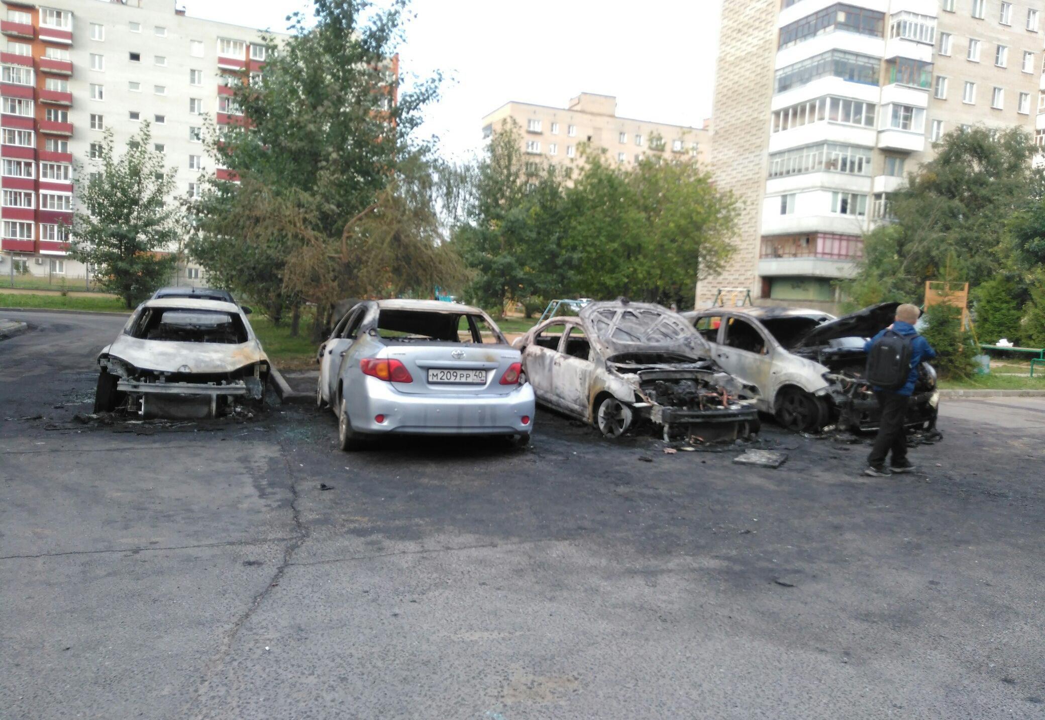 В обнинском дворе за ночь сгорели 5 машин