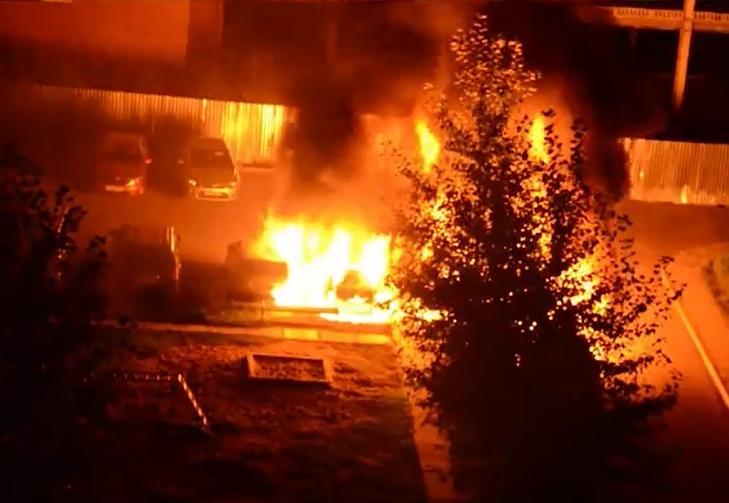 В сети появилось видео, как полыхали сразу 5 машин в Обнинске