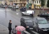"""""""Лада"""" протаранила иномарку и вылетела на тротуар (видео)"""