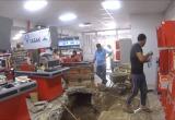 Калужский магазин продолжает торговлю с разрытой канализацией в помещении (видео)