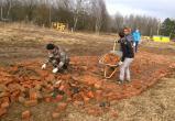 Калужанам приходится самим строить дорогу из битого кирпича