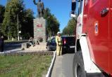 Автоледи протаранила памятник Кирову