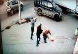 Неадекватный мужчина проломил голову парню на глазах у прохожих (видео)