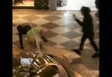 """Парень искупался в фонтане в ТЦ """"21 век"""" (видео)"""