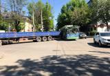 Грузовик столкнулся с троллейбусом в центре Калуги