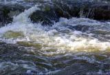 Сильное течение реки унесло 17-летнего подростка