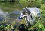 Иномарка упала с моста в реку