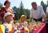Губернатор посетил выставку хлудневской игрушки
