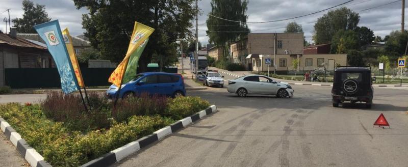 Две иномарки и УАЗ столкнулись на перекрестке