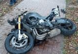 Мотоциклист влетел в легковушку на Азаровской