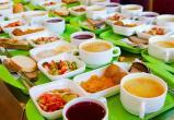 Школьников младших классов будут бесплатно кормить горячими завтраками