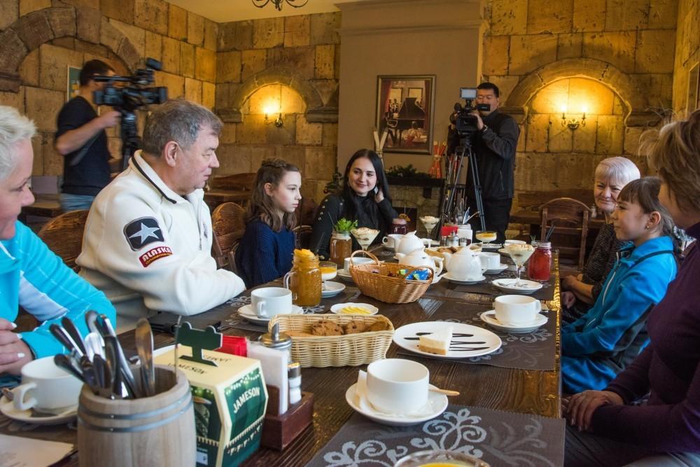 Анатолий Артамонов подарил лыжи калужским школьницам